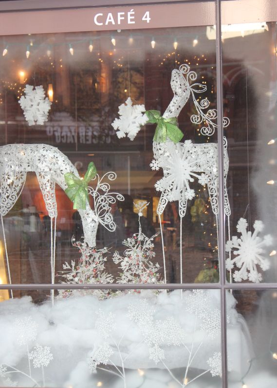 Christmas window displays cafe 4 gay street knoxville for Store window decorations